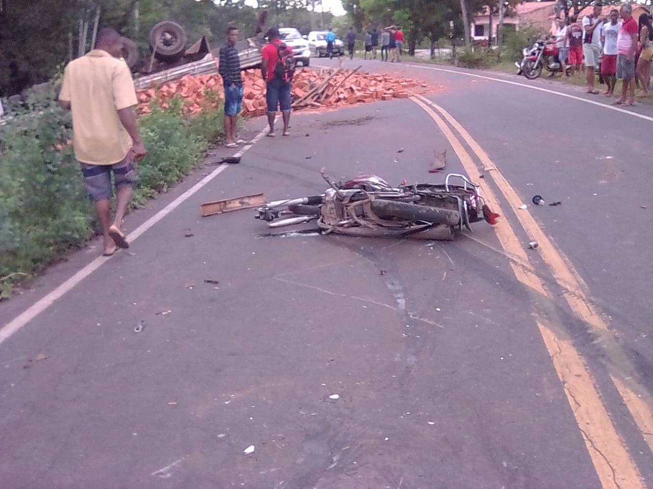 acidente entre caminhão e moto