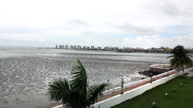 Maré baixa na Avenida Beira-Mar