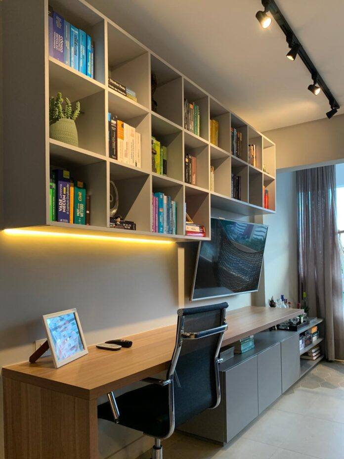 Aprenda a unir sala de estar e home office de forma elegante