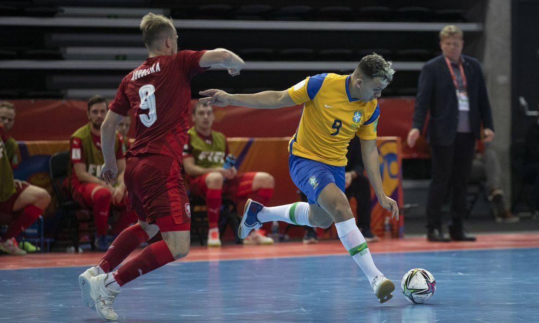 Brasil decide no 2º tempo e vence tchecos na Copa do Mundo de futsal