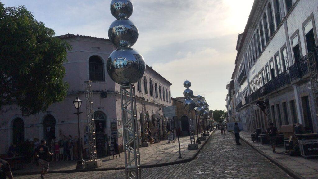 Instalação dos globos espelhados na Rua Portugal para iluminar os casarões e ambientar a peça. (Foto: Divulgação)