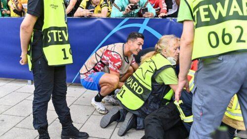 Cristiano Ronaldo para o aquecimento antes do jogo para prestar socorro a uma segurança do estádio