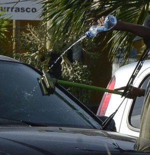 Natal - Nos estacionamentos à beira-mar, crianças trabalham lavando o vidro dos carros (Valter Campanato/Agência Brasil)