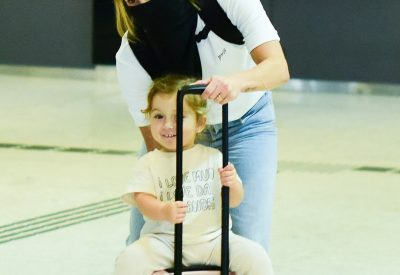 Claudia Leitte foi clicada no aeroporto na companhia da filha Bela (2)